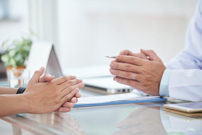 Arzt-Patient Gespräch: Anamnese am Tisch