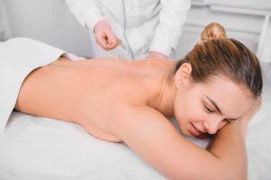 Dame bei Akupunktur